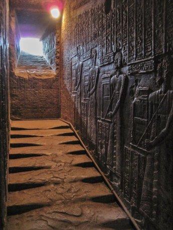 schody-prowadzace-na-dach-swiatyni-hathor-ok-300-r-p-n-e