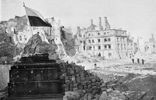 17-stycznia-1945-roku-warszawa-polska-flaga-na-ruinach-miasta-fot-east-news
