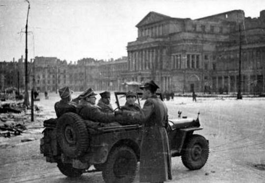 1945-rola-zymierski-jeep-warszawa