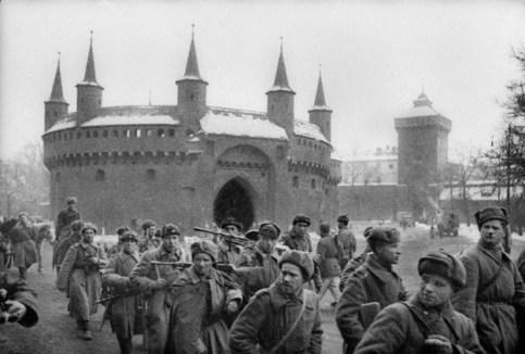 armia-czerwona-przed-barbakanem-1945
