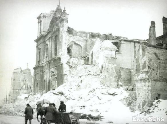 styczen-1945-r-ruiny-kosciola-sw-krzyza-w-warszawie-fot-east-news