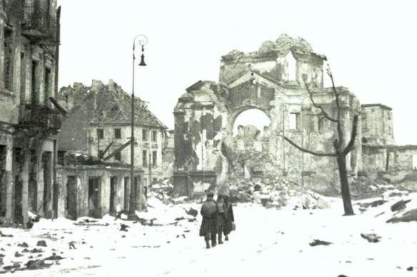 styczen-1945-r-ruiny-kosciola-sakramentek-na-rynku-nowego-miasta-w-warszawie-fot-east-news