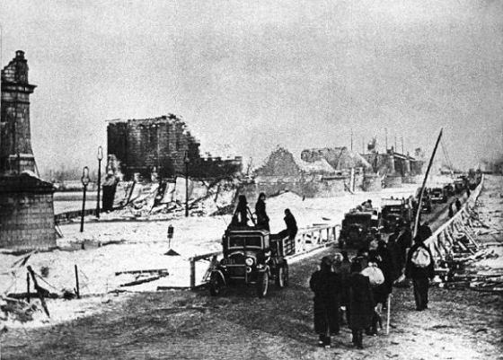 styczen-1945-r-tymczasowy-most-pontonowy-obok-zniszczonego-mostu-poniatowskiego-w-warszawie-fot-east-news