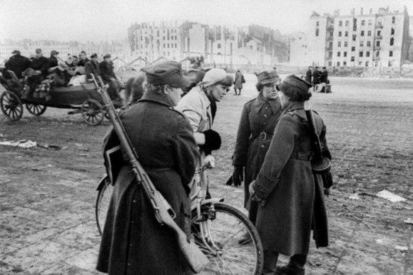 styczen-1945-roku-platerowki-na-ulicach-warszawy-fot-narodowe-archiwum-cyfrowe