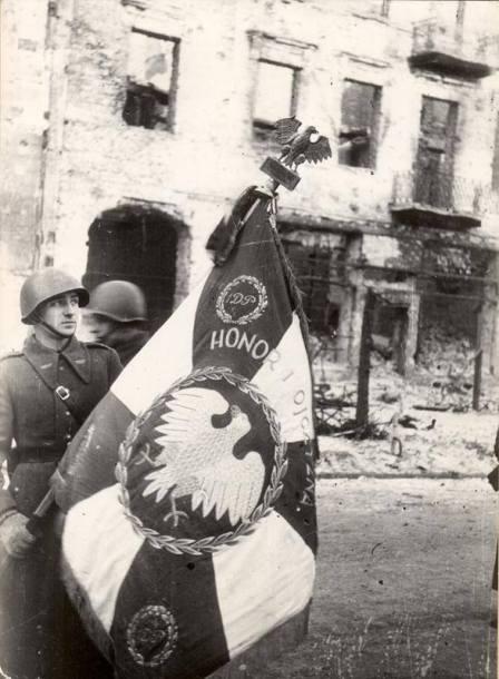 styczen-1945-roku-polski-zolnierz-ze-sztandarem-1-dywizji-piechoty-im-t-kosciuszki-fot-narodowe-archiwum-cyfrowe