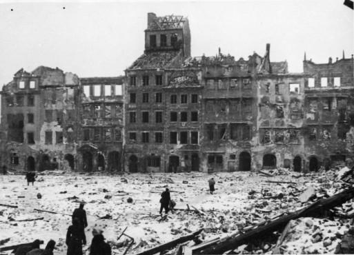 styczen-1945-roku-zniszczony-rynek-starego-miasta-fot-narodowe-archiwum-cyfrowe