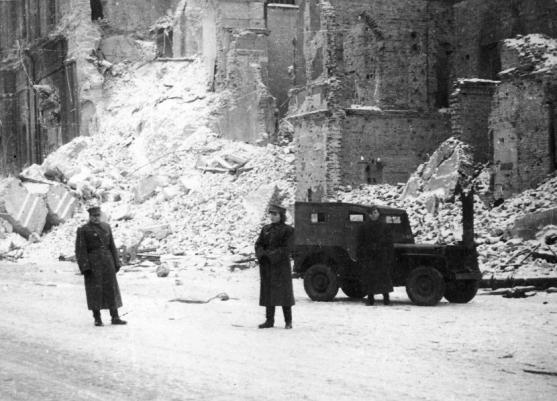 warszawa-1945-polscy-zolnierze-z-1-armii-wojska-polskiego-razem-z-jeepem-ktory-zostal-przekazany-wojskom-polskim-jako-czesc-programu-lend-lease