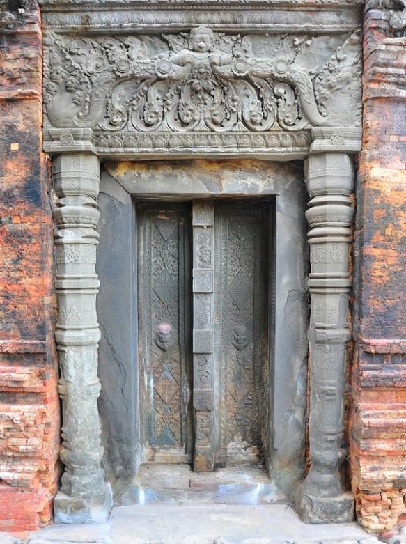 Drzwi w świątyni Preah Ko z IX w
