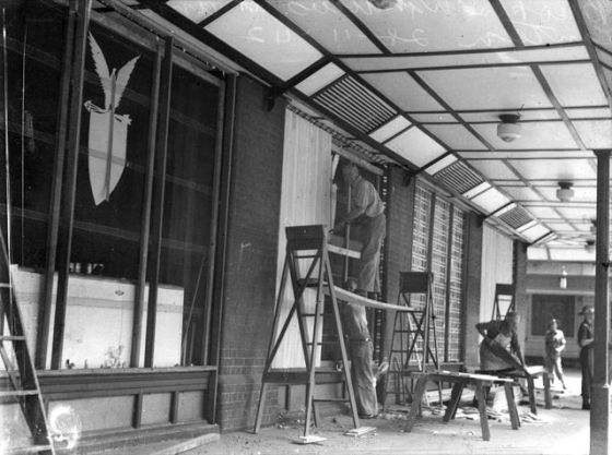 640px-StateLibQld_1_105864_Repairing_broken_windows_at_the_American_canteen,_Brisbane,_November_1942
