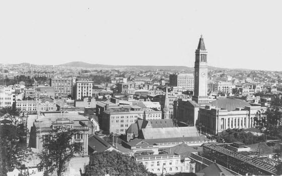 zdjęcie Brisbane z wieza ratuszowa z zegarem