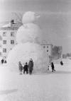 1966 rok, ZSRR. Duży bałwan ulepiony w mieścieZariecznyj.