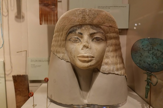 popiersie egipskiej kobiety sprzed ponad 3000 lat