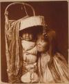 Kobieta z plemienia Apaczów wraz ze swoim dzieckiem, 1903r.